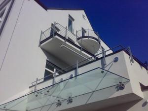 Eingangsüberdachung und Balkonbrüstungsgeländer