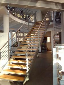 Treppenanlage mit Brüstungsgeländer im Mercedes Pavillion Autostadt Ebersberg
